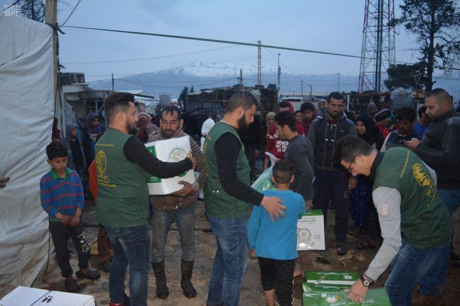 مركز الملك سلمان للإغاثة يبادر في توزيع الغذاء والكساء لمتضرري حريق مخيم اللاجئين السوريين بتعانيل البقاعية في لبنان