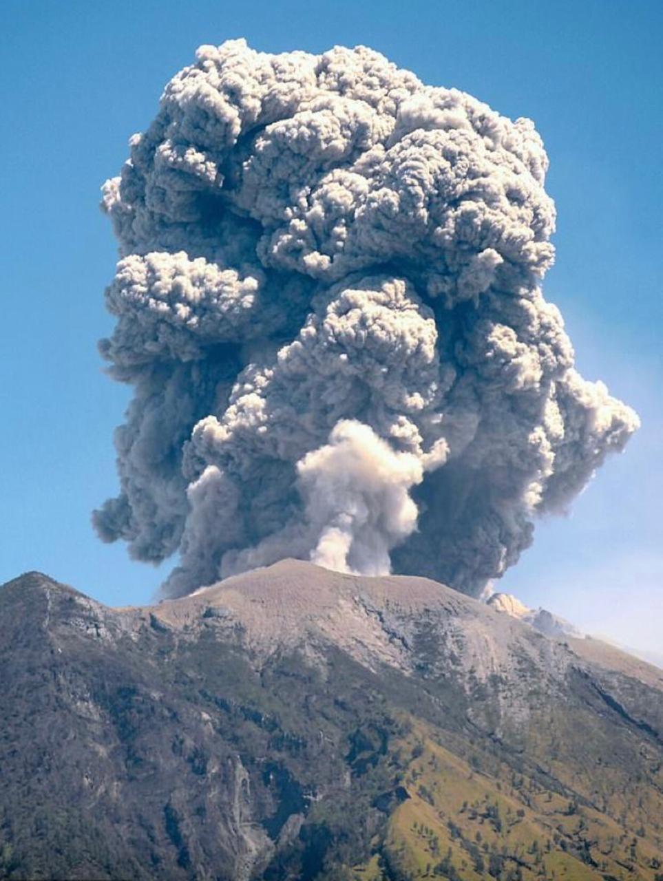 سحابة رمادية لبركان جبل أجونج فى إندونيسيا تهدد الرحلات الجوية