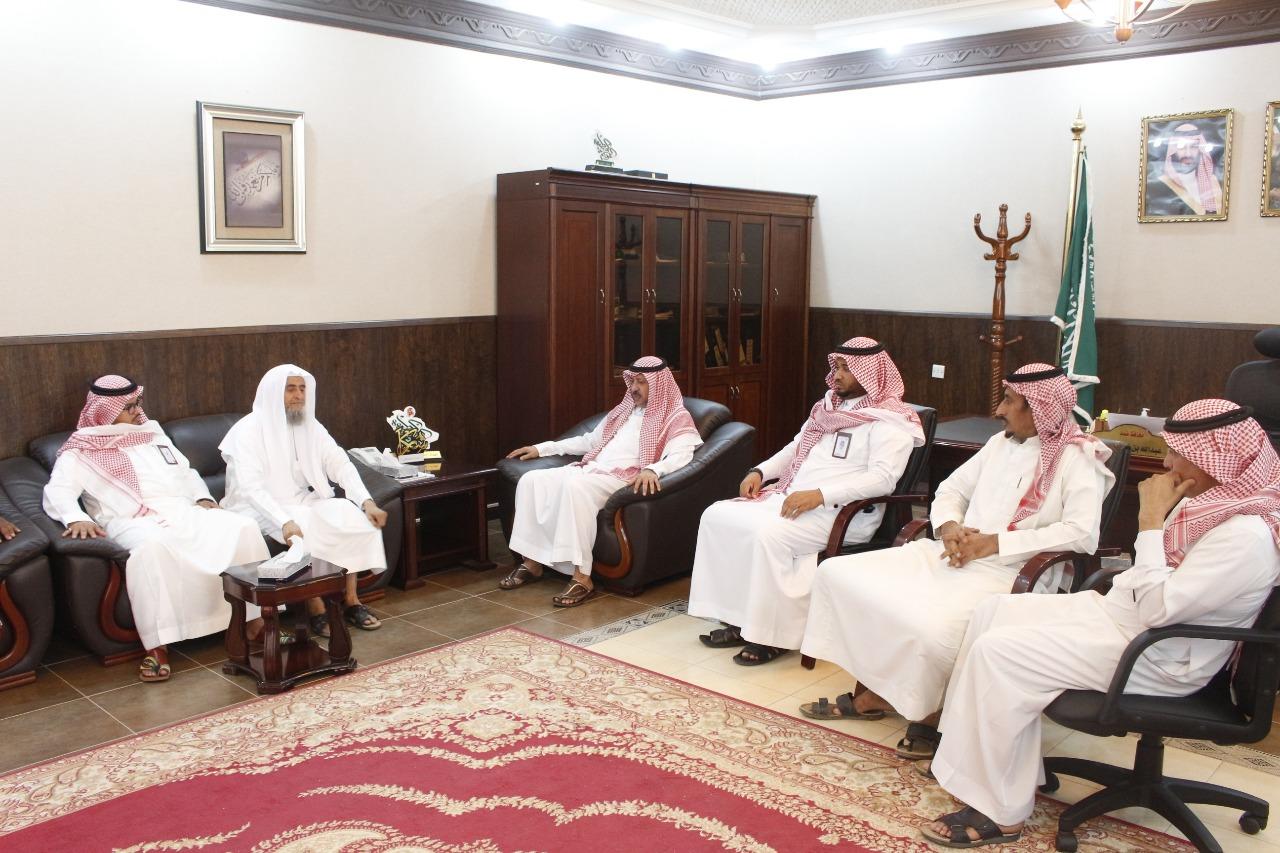 محافظ ضمد ورئيس جمعية البر يسلمان تسع وحدات سكنية للمستفيدين