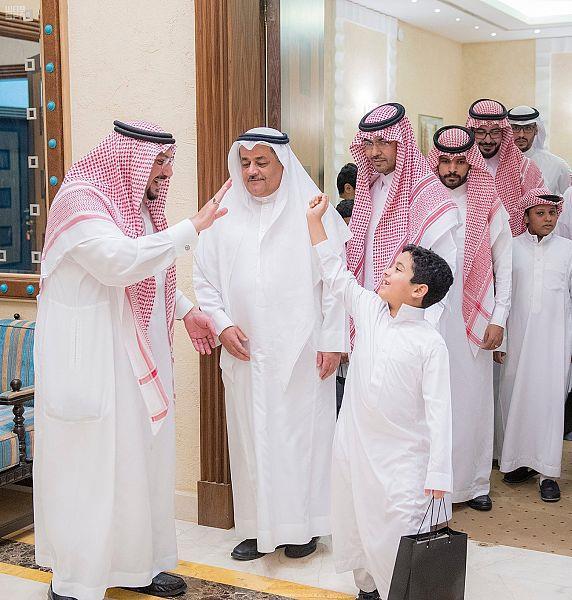 بالصور.. أمير منطقة القصيم يستضيف عددًا من الأيتام على مأدبة الإفطار