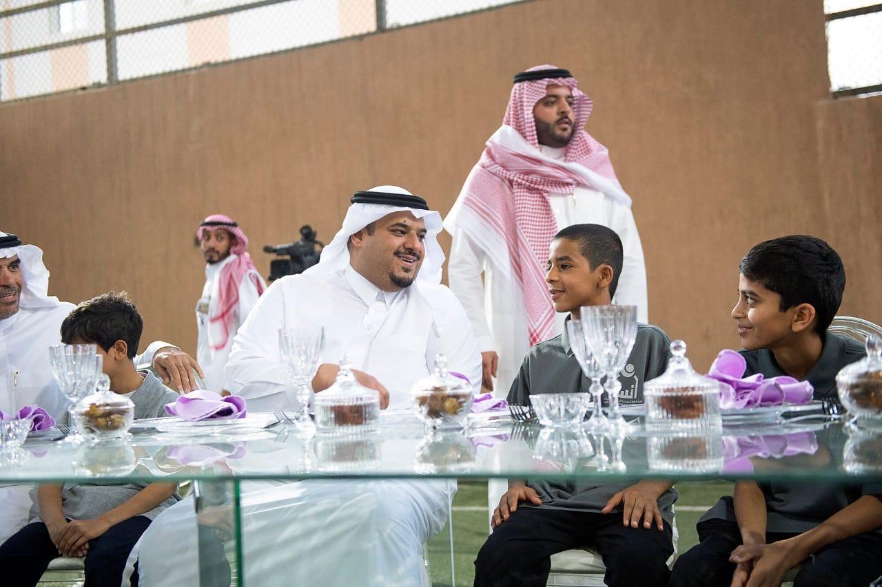 نائب أمير منطقة الرياض يشارك أبناء جمعية إنسان إفطارهم