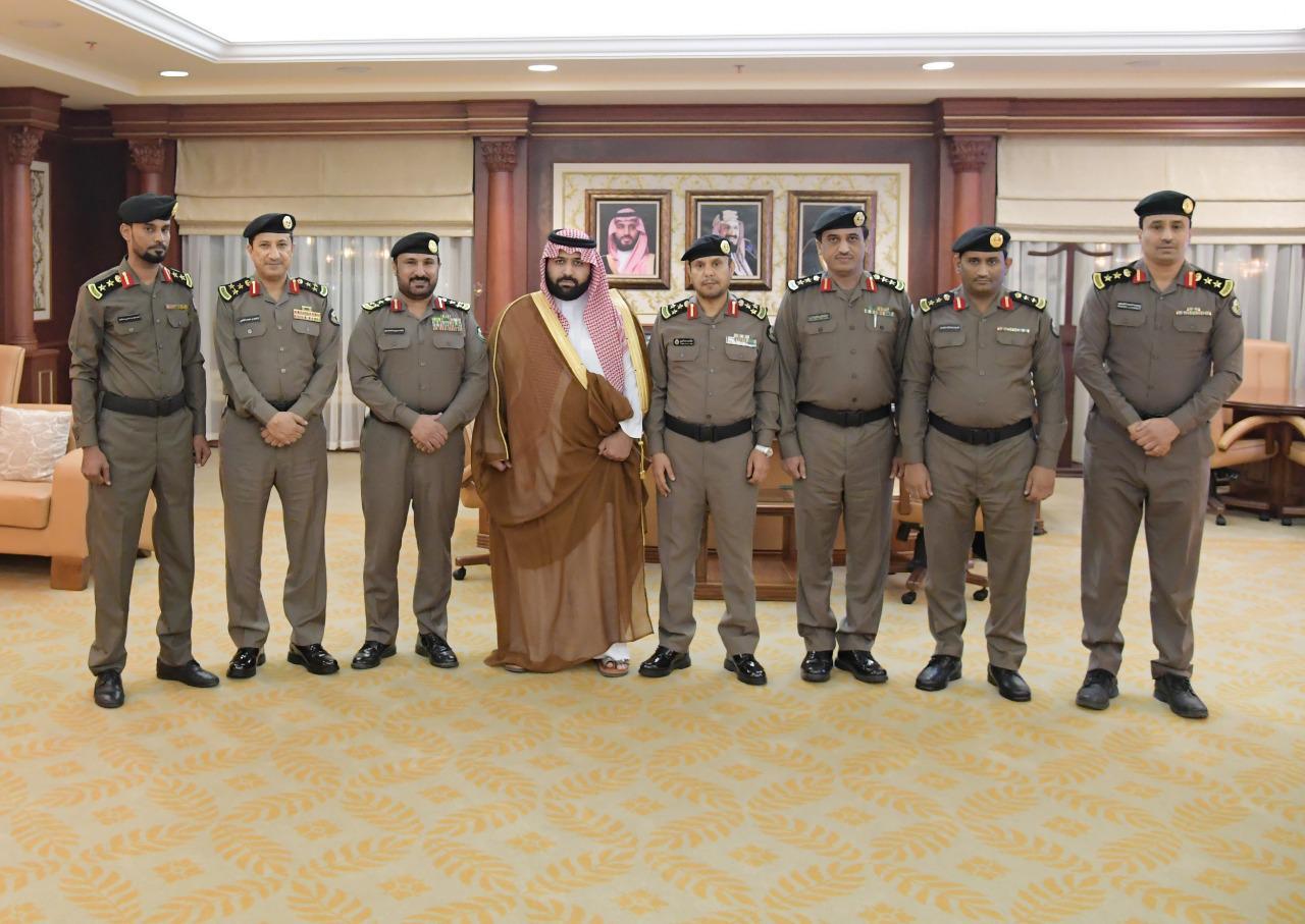 نائب أمير جازان يقلد عدداً من ضباط الأمن العام بالمنطقة رتبهم الجديدة..