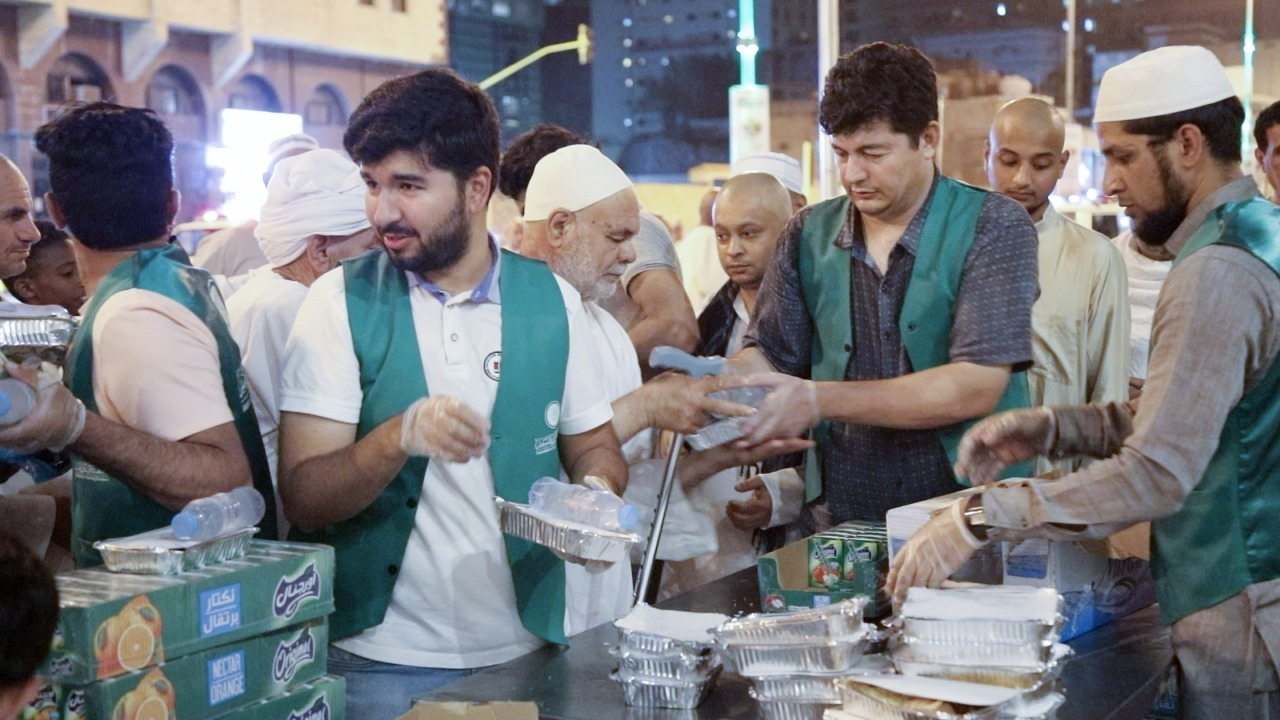 جمعية مكارم تُوزع 50 ألف وجبة سحور للمعتمرين خلال العشر الأواخر من رمضان
