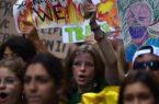 نشطاء تغير المناخ يعطلون القطارات فى شرق لندن