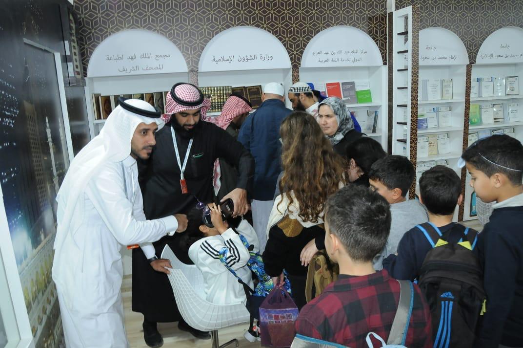 """تقنية """"VR"""" لزوار معرض الكتاب بالمغرب بركن وزارة الشؤون الإسلامية"""