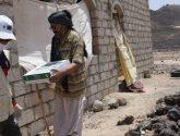 مركز الملك سلمان للإغاثة يوزع 2,505 كراتين تمور للنازحين من صنعاء إلى مأرب