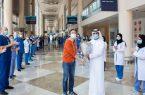 مستشفى دبي الميداني يحتفي بمغادرة آخر مصاب بـ«كورونا»
