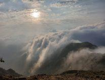 بالصور… السحاب يُعانق جبال منجد بمحافظة هروب