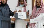 مدير إدارة المساجد والدعوة والإرشاد يكرم قائد فريق الخير التطوعي