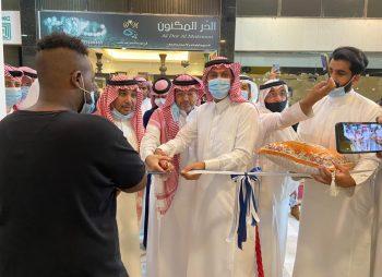مدير جمعية ثقافة وفنون جدة يفتتح معرض التشكيلية مها ياسين ( لمسات عربية )
