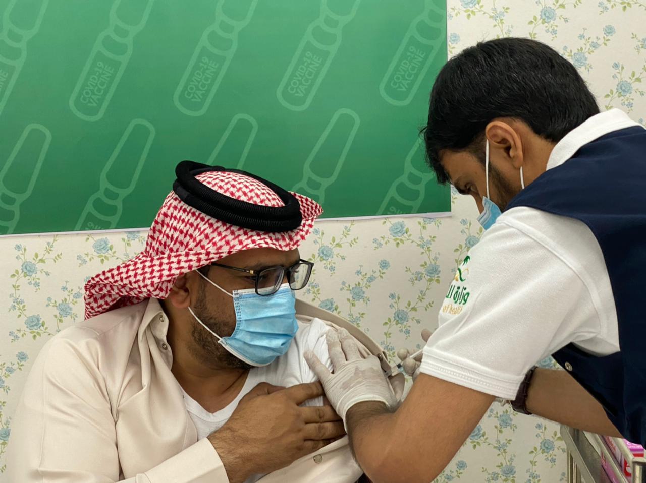 محافظ العيدابي يُدشن حملة تطعيم لقاح كورونا بالمحافظة